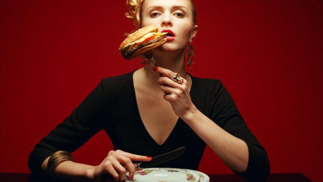 咀嚼音動画の女性大食いユーチューバーKASUMIASMRが過食嘔吐で大炎上